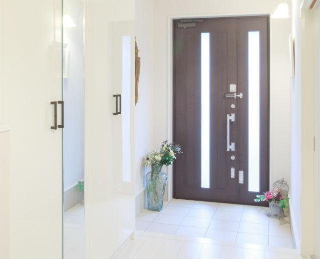 鏡面ピュアホワイト柄の玄関収納コンポリアで明るい玄関へ