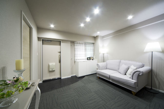 広々としたスペースが魅力!ソファで来客をおもてなしする玄関