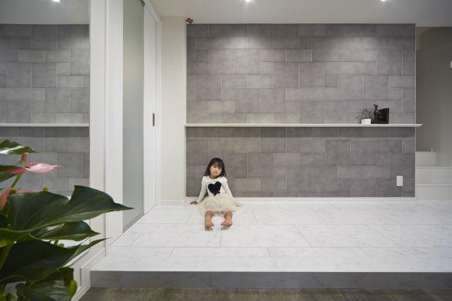 プライベートと家族共有スペースをつなぐエントランス