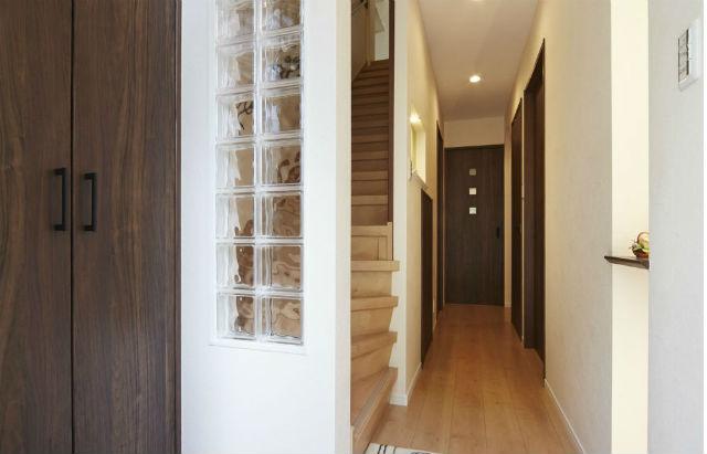 ガラスブロックで玄関から明るい光が差し込むお家