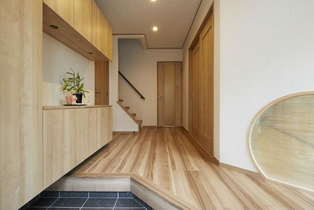 広く開放的な玄関に和室からの丸窓で高級感を演出