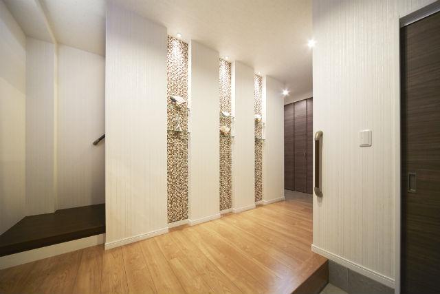 ニッチとタイルがおしゃれな、来客を気持ちよく出迎えられる玄関
