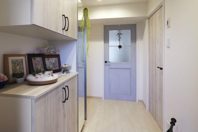 アンティーク風のドアがかわいいナチュラルな玄関