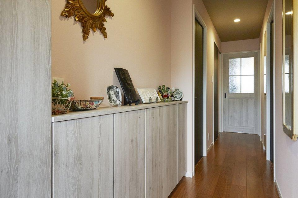 寝室と空間を利用して造作したクリエホワイトの玄関収納