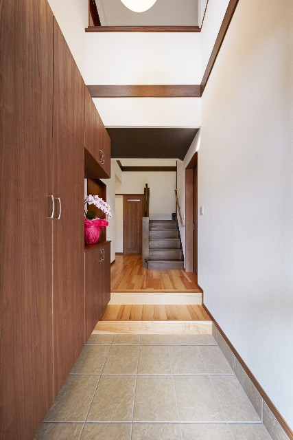 明るい玄関でお出迎え。コの字型収納で玄関をスッキリと