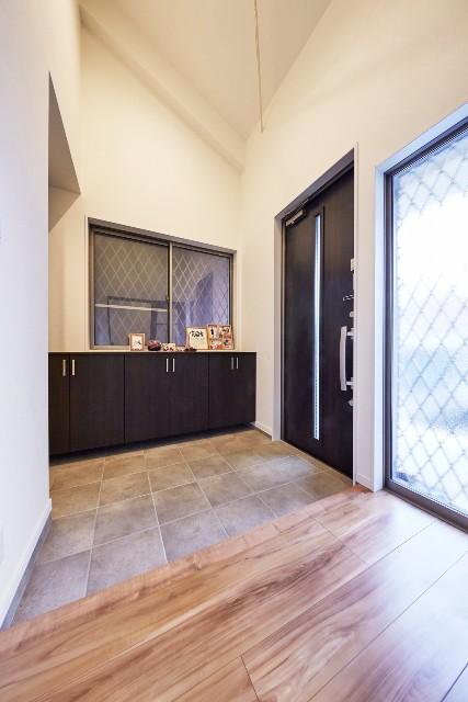 シューズクロークとFIX窓で明るい開放的な玄関