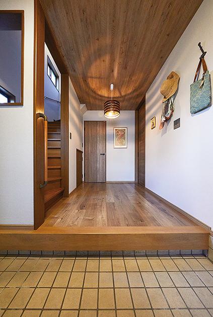 すっきりとした間取りと統一感のある内装で一新した玄関