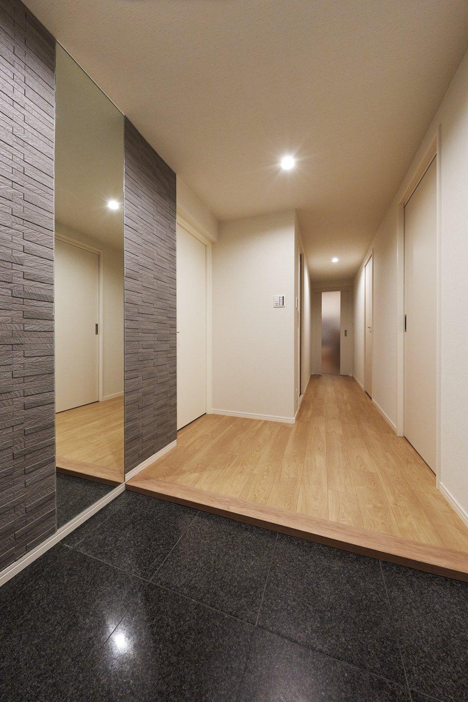 玄関ホールとシューズクローゼットを分けた、広く開放的な玄関