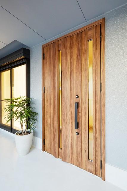 オープン棚で「見せる収納」が充実した玄関スペース