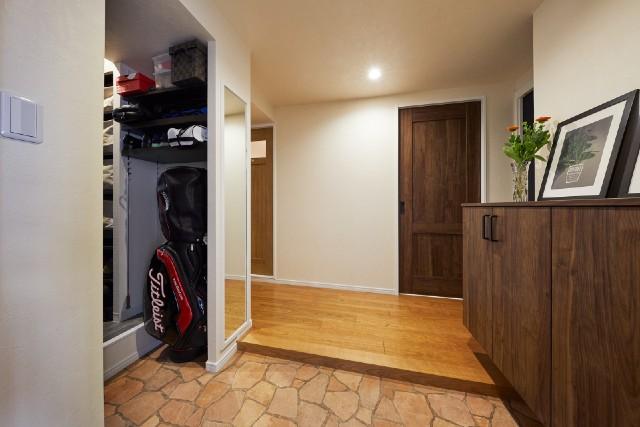 便利な動線を叶えた温もりのある玄関