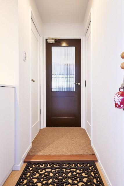 クラフトレーベルでこだわりの内装ドアが印象的な玄関