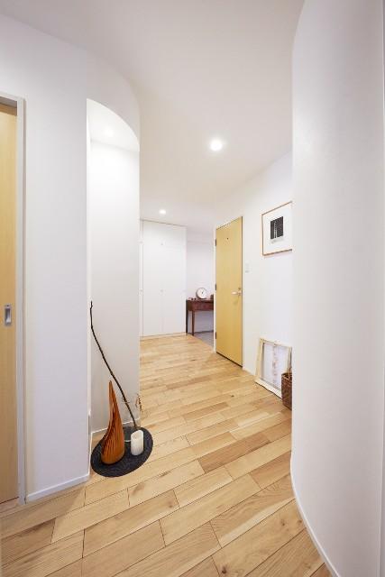 アール壁とニッチで玄関から廊下を柔らかに