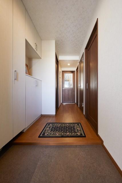 天井のラメ感がエレガントさを演出する玄関