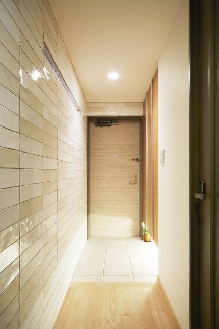 ダイノックシートとタイルを使用した高級感のある玄関