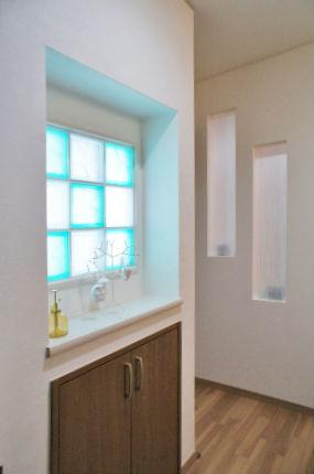 ガラスブロックを組み合わせたおしゃれな玄関ニッチ