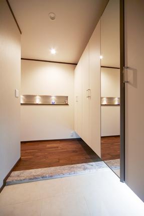 玄関をおしゃれに彩るニッチと間接照明