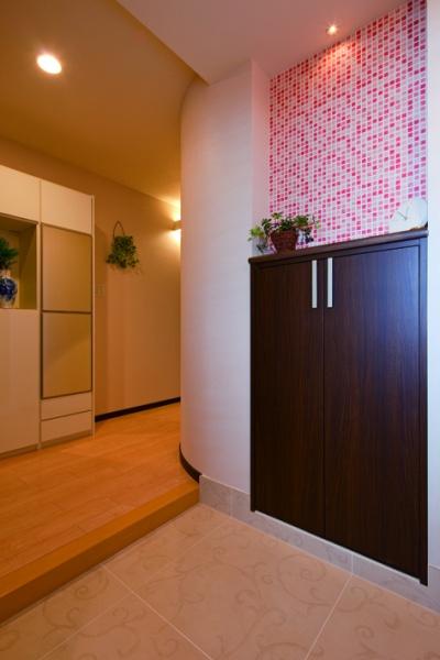 ピンクのモザイクタイルでオシャレな玄関