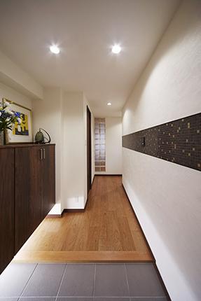 名古屋モザイク【ヴィアーレ】のタイルでモダンな玄関