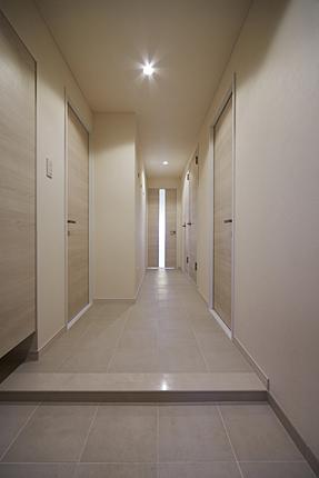 白を基調としたデザイン性のある玄関