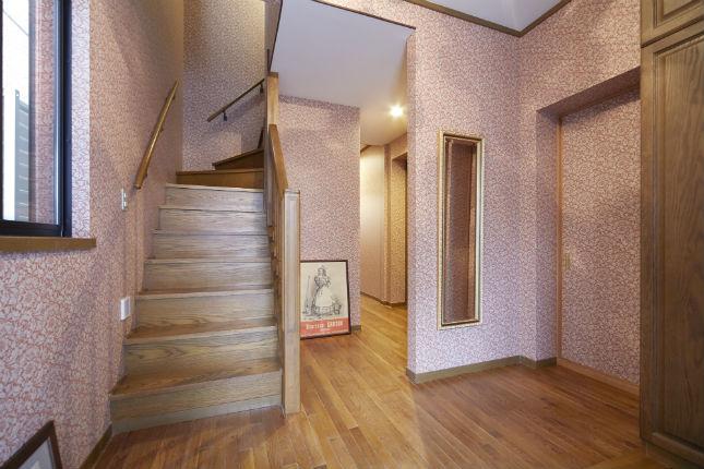 「ウィリアム・モリス」の壁紙とおしゃれな照明でエレガントな玄関