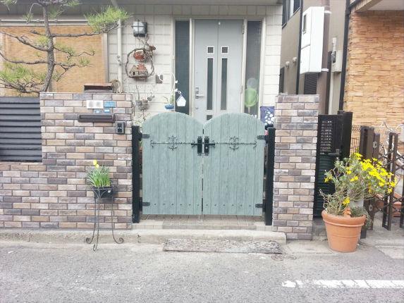 古い洋館風のブリックタイルと門扉