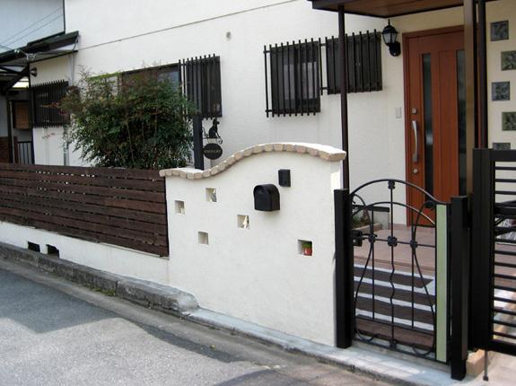 ガラスブロックと小窓の門柱