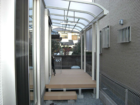 熱遮断のテラス屋根と便利なウッドデッキ