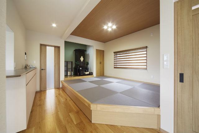 和モダンな畳スペースと趣味を楽しむ空間に