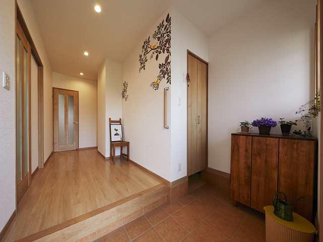 土間続きの収納スペースを設けた広々と明るい玄関