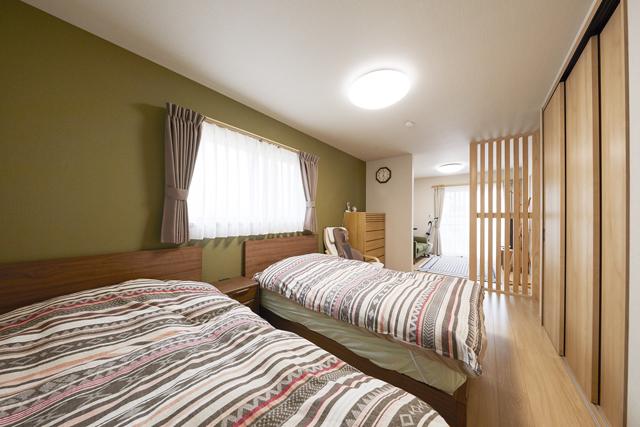 夫婦のライフスタイルに寄り添って南北に広げた寝室