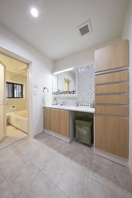 キッチンと廊下から2WAYアクセスできる洗面所