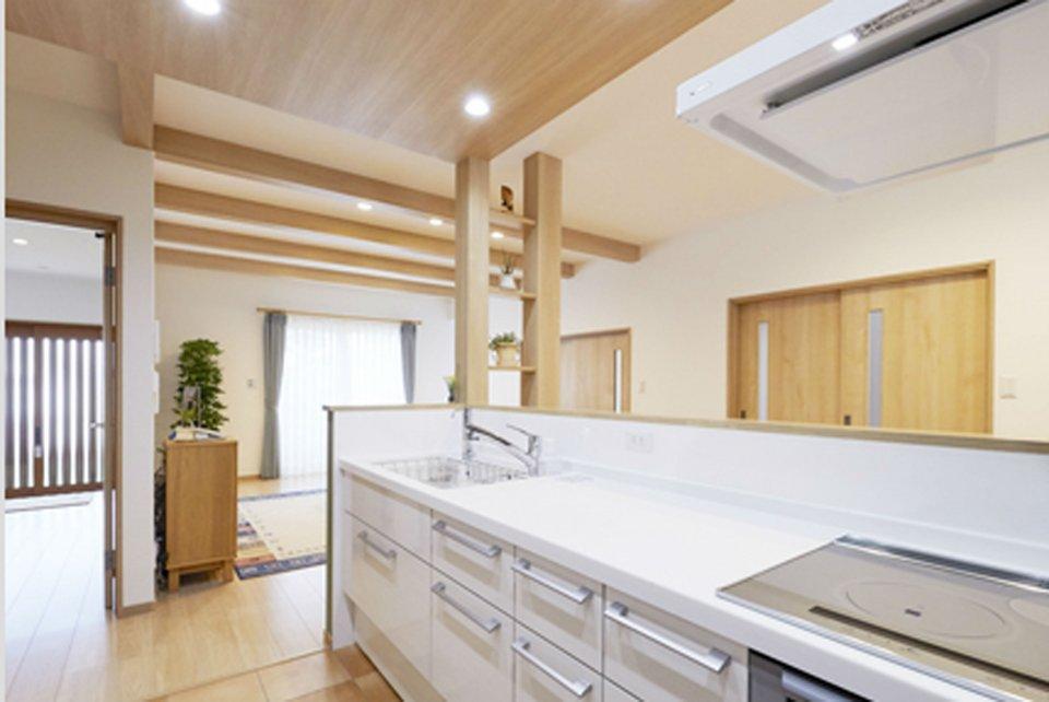 家事動線に配慮した回遊できるキッチン