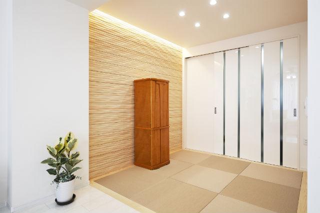 間接照明の優しい明かりと木質パネルで心安らぐ和室