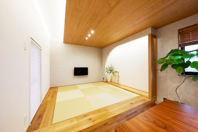 スタイリッシュなリビングに溶け込む和室空間