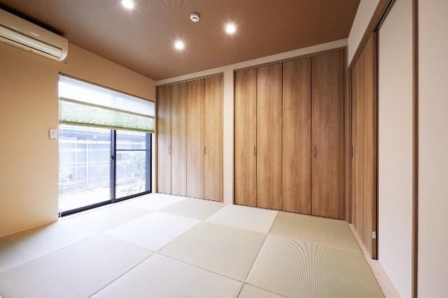 壁いっぱいに設けたクローゼットで収納力抜群の和室