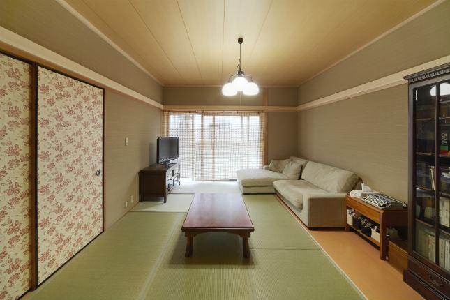 花柄の襖がおしゃれな明るい和室