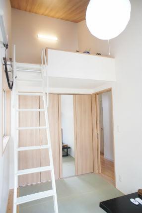 勾配天井でロフトのある和室