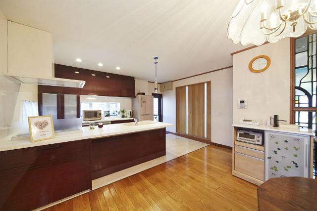 高級感のあるガーネットレッド柄のペニンシュラ型キッチン