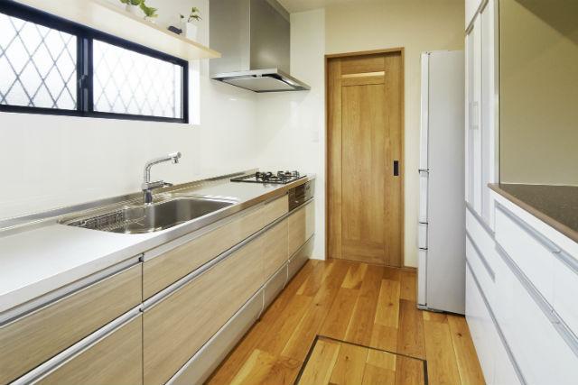 リビングとつながるセミオープンの明るいキッチン
