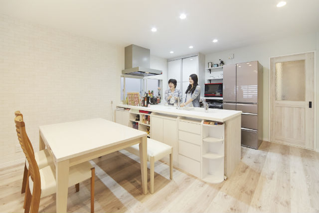 独立キッチンから家族と会話も弾む対面キッチンへ