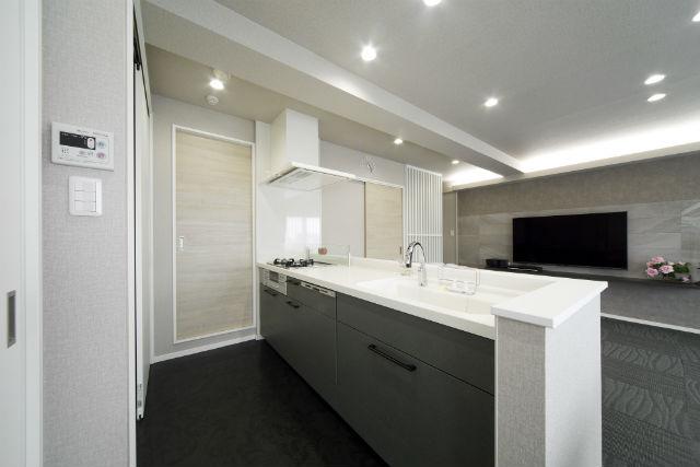 大容量のクローゼット収納ですっきりとしたキッチン空間
