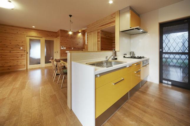 ユーティリティスペースを設けて家事効率の良いキッチン