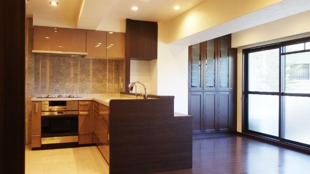 2種類のタイルとシックベージュの扉が映えるエレガントなキッチン