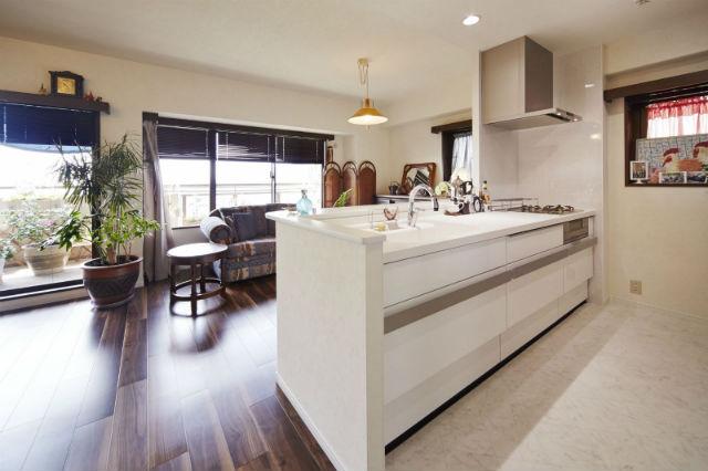 リシェル「らくパッと収納」ですっきりとしたオープンキッチン