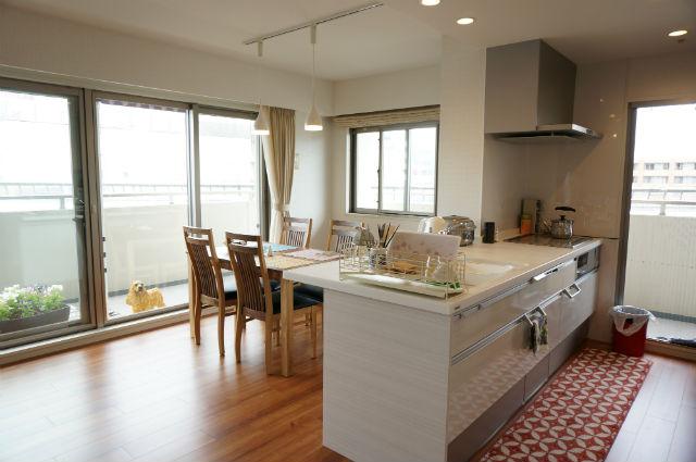 ホワイトで統一した開放的でお手入れのしやすいオープンキッチン