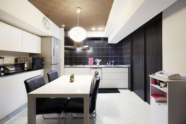 スタイリッシュなキッチンを白と黒でシンプルモダンに演出