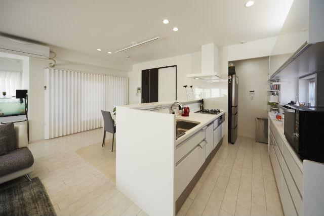 内装に合わせたビューティーホワイト柄扉で開放感のあるキッチンへ