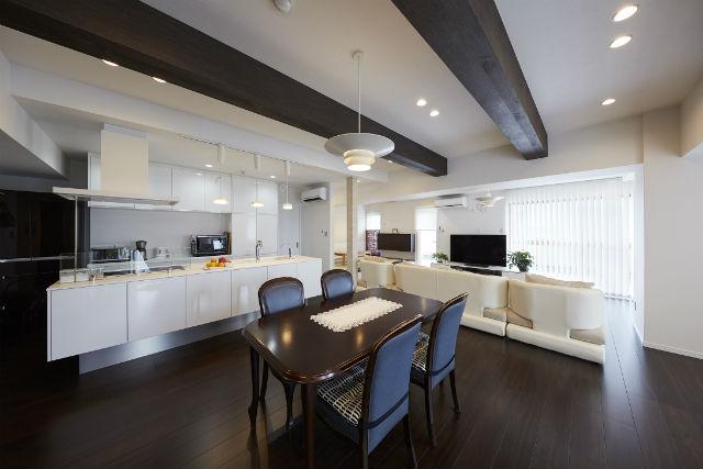 回遊できるアイランドキッチンで家事動線の良いキッチン