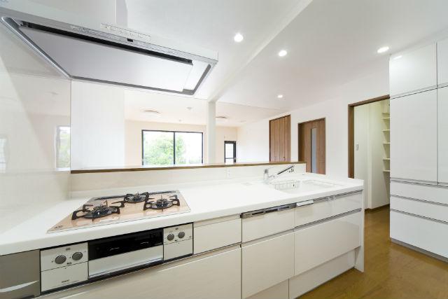 スペースを活かしてパントリーを造作したキッチンスペース