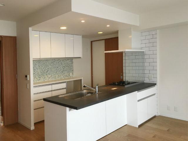 重厚な美しさと耐久性が魅力的なセラミックカウンターの対面キッチン